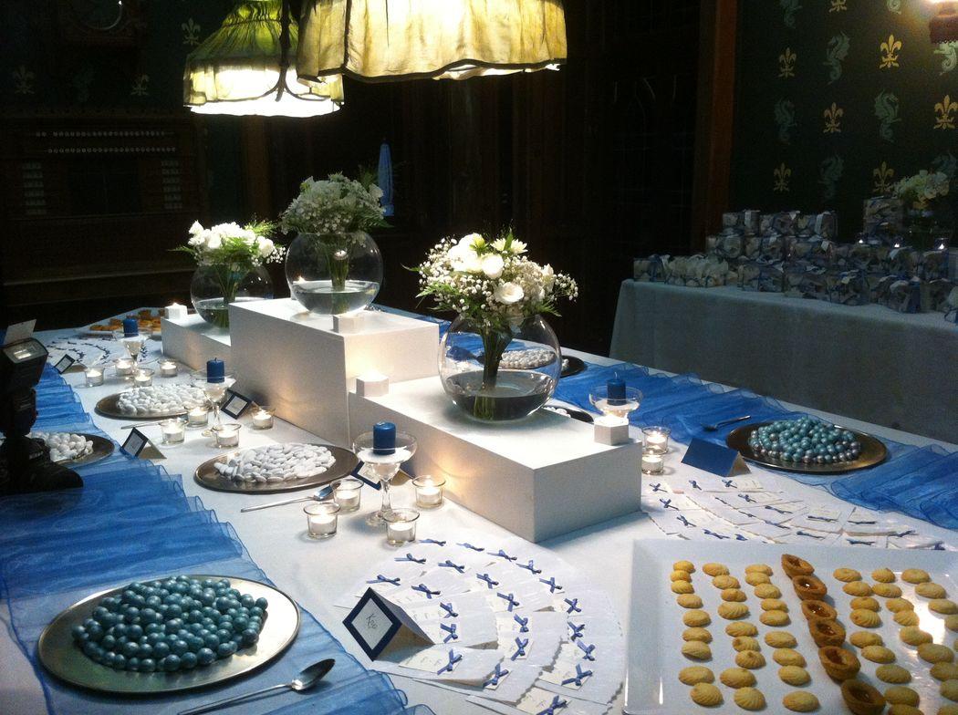 Allestimento tavolo confettata blu avio per matrimonio elegante blu