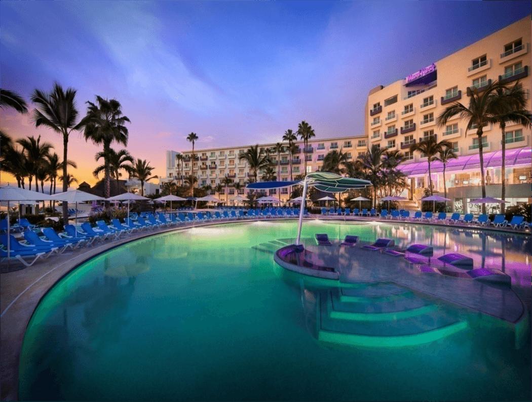 Rodeado por la impresionante playa y aguas cristalinas de la Bahía de Banderas, Hard Rock Hotel Vallarta cuenta con dos espectaculares piscinas, una piscina para niños y dos tinas de hidromasaje al aire libre. Nuestras dos piscinas principales se extienden a lo largo del resort, rodeadas por grandes palmeras y camastros para tomar el sol de Nayarit y disfrutar de una fresca bebida. Disfruta nadar en aguas cristalinas, descansar mientras tomas una refrescante bebida en el bar junto a la piscina.
