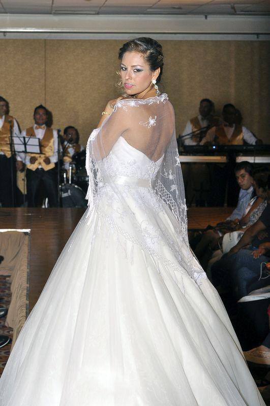Modelo luciendo transparencia que esta muy de moda, sobre todo los escote ,para una noviaromantica como tu.