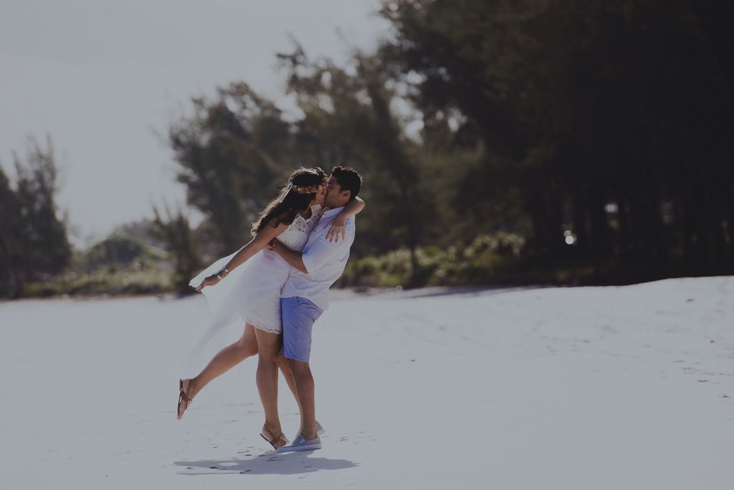 noivos se abraçando na praia