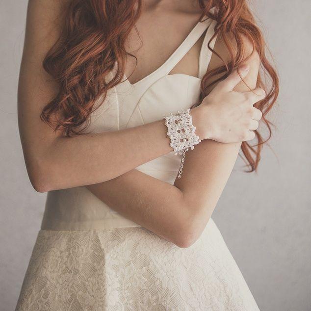 Brazalete en tejido de crochet  con pieza en alambre entorchado con perlas y cristales de swarovski.