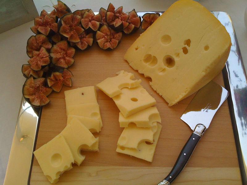 Mesa de quesos para bodas. Foto: Kanela