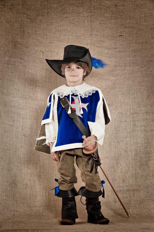 Costume de Mousquetaire du Roi comprenant la chemise  le pantalon la casaque Velours et lin  http://www.7etunelieues.com/fr/costumes-garcons/costume-de-mousquetaire-4-ans