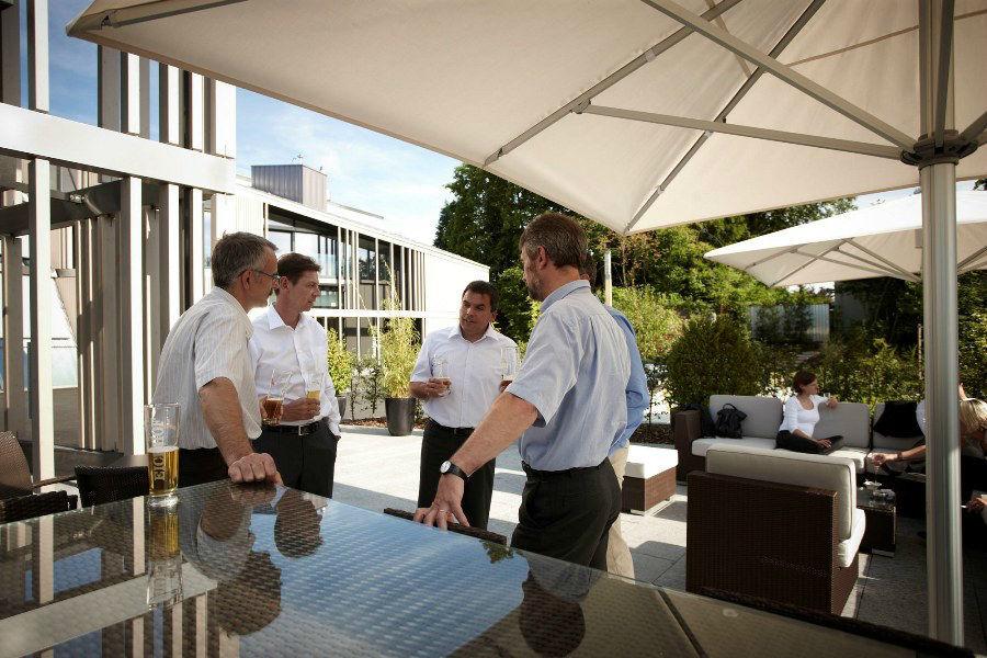 Beispiel: Terrasse und kompetenter Service, Foto: Hotel Belvoir.