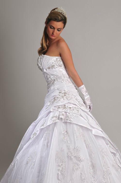 Beispiel: Brautmoden mit Stil, Foto: Saray Brautmoden.