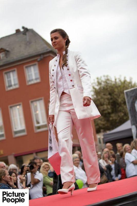 Helen Bender Beispiel Kollektion 2017 Damengehrock mit Brokatweste
