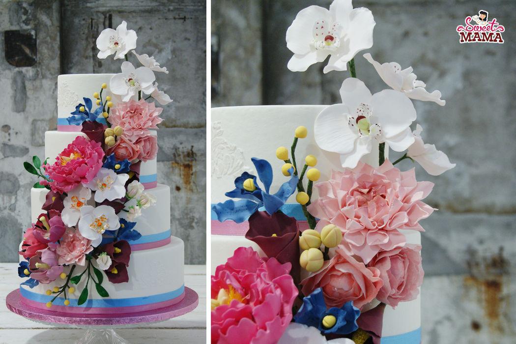 Tarta de boda con cascada de flores de azúcar. Con los colores de 2016, rosa cuarzo y azul serenity.