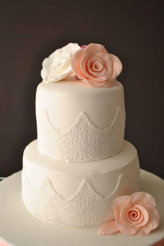 Tarta con encaje y rosas