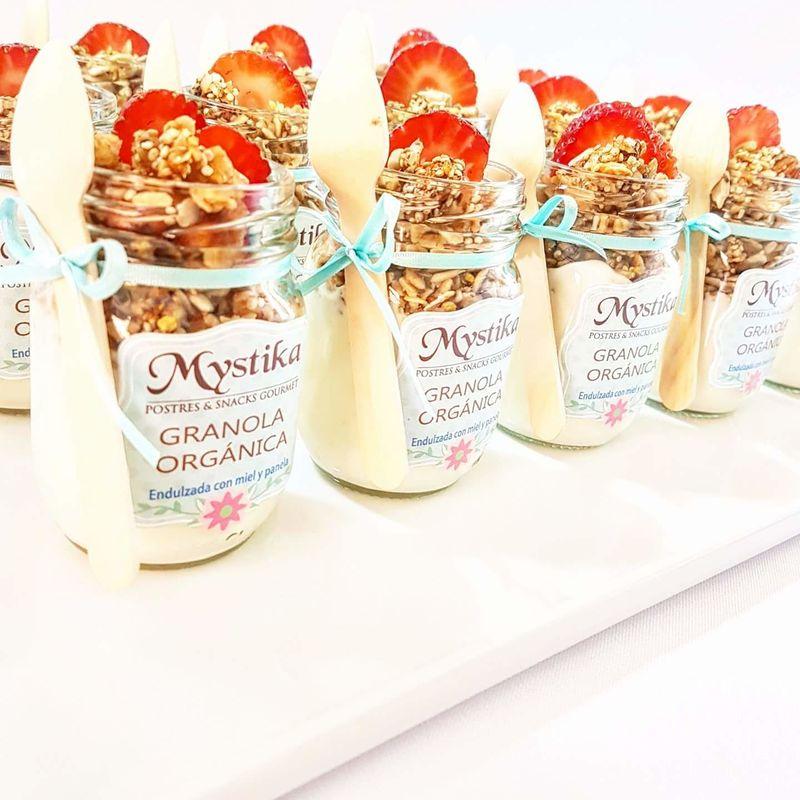 Shots de granola 100% orgánica con yogurt griego y frutas frescas