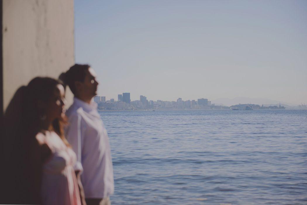 noivos com a paisagem marina