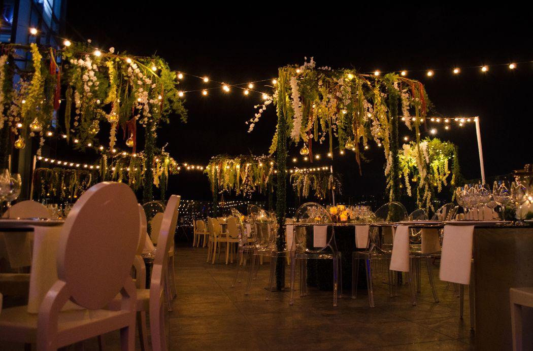 Luces aéreas y decoracion floral