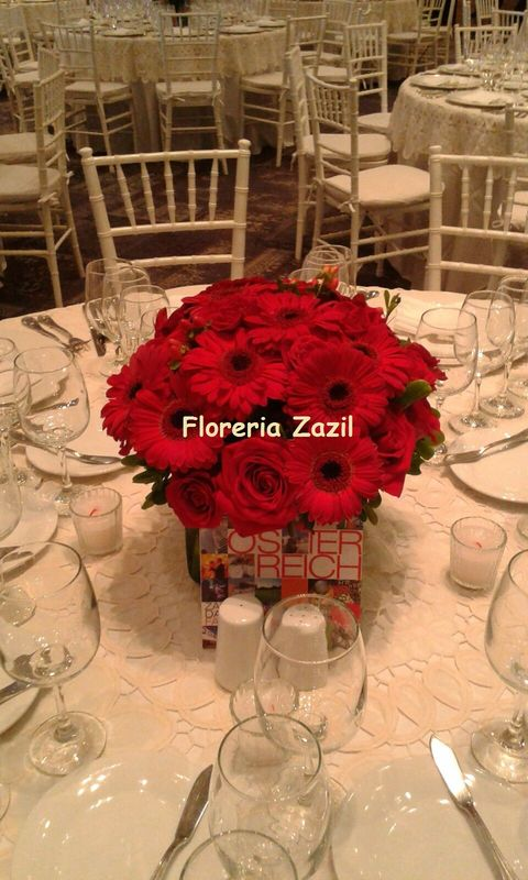 Centro de mesa de rosas y gerberas.