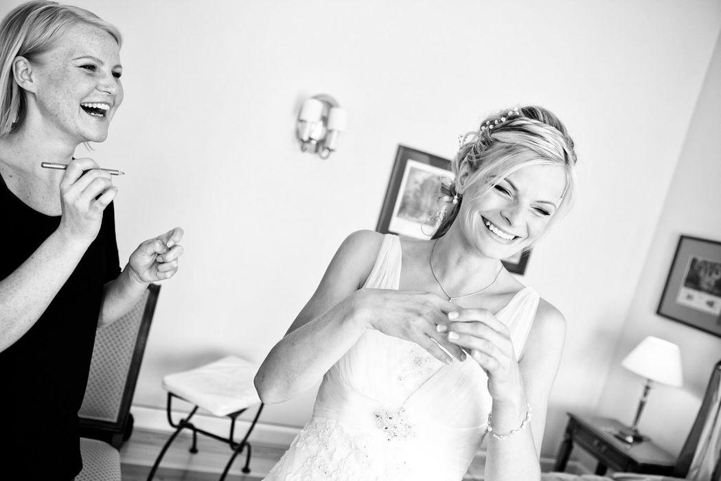 moderne Hochzeitsreportagen in Berlin Brandenburg, ankleiden der Braut, Hochzeitsvorbereitungen Schloss Meeseberg