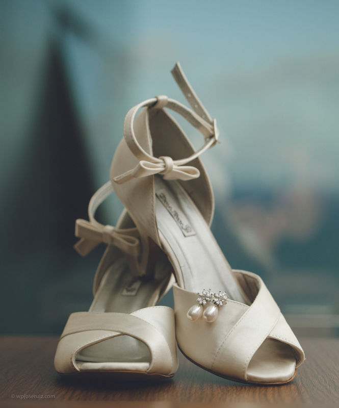 Detalhe do sapato da noiva e brincos