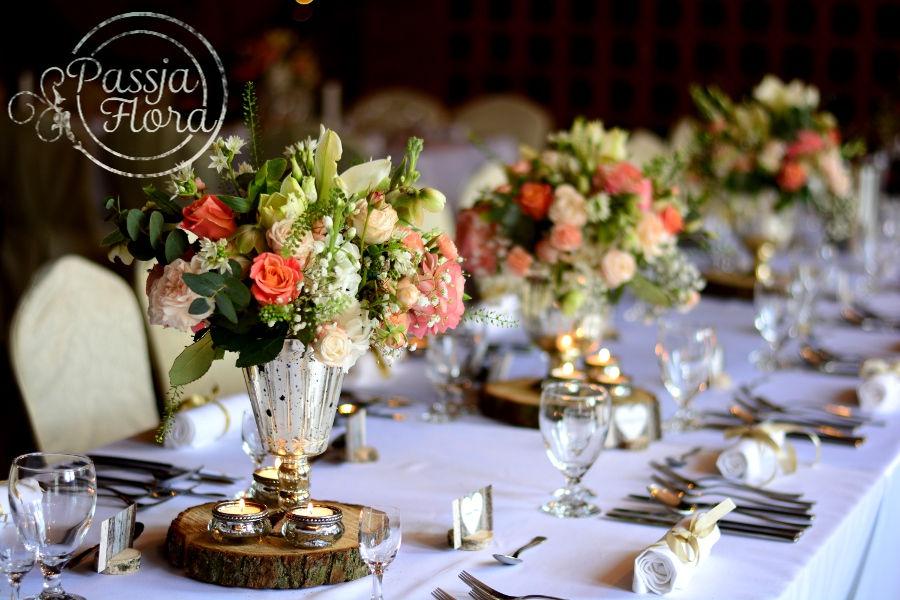 Kwiaty z pucharkach na stołach gości