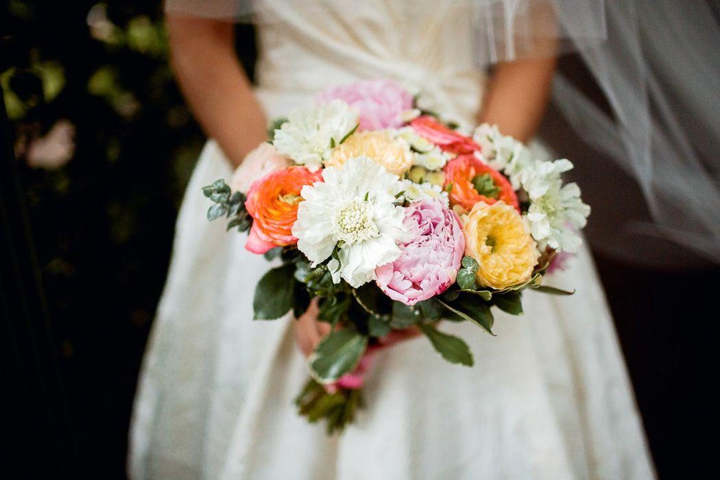 Букет невесты из пионов, розочек двух сортов, ромашковой хризантемы, вероники, скабиозы, эвкалипта и питтоспорума  Флорист Рина Озерова