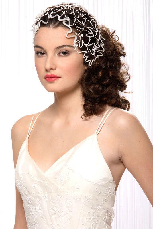 Beaumenay Joannet Paris - accessoire mariée Coiffe serments. Des brindilles de fils, tulles, rubans, perles et paillettes pour habiller sa chevelure aux couleurs de son choix