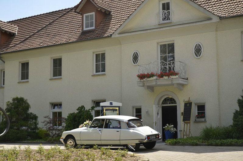 Vom Standesamt zur Feierlocation Foto: Hochzeitsautos Berlin.