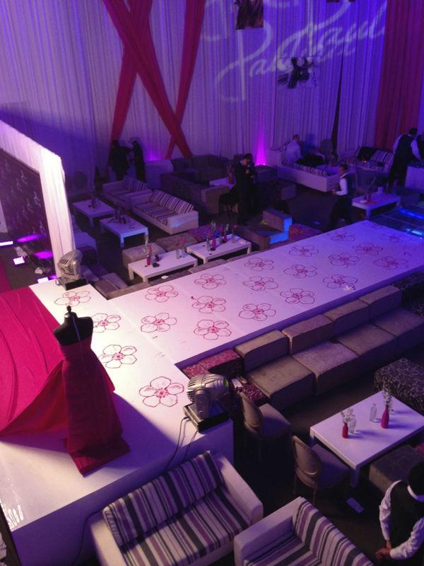 Encortinado, tarima tipo pasarela con vinil en diseño especial, salas Mix & Match así como alfombra roja.