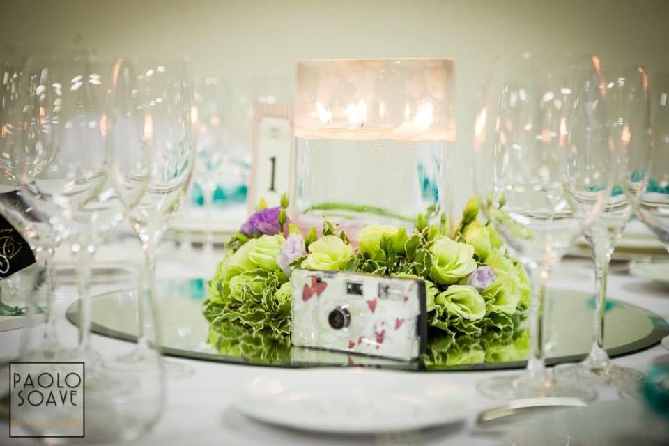 coroncina fiorita con candele per tavolo ospiti
