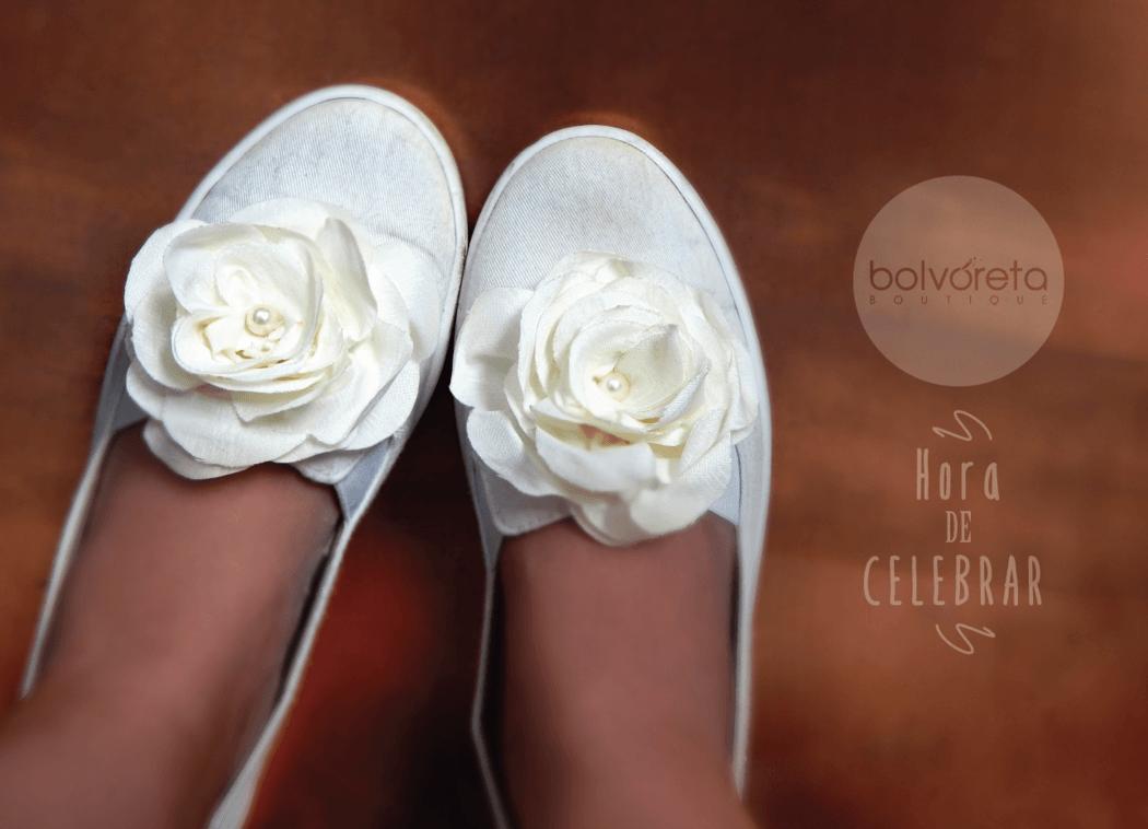 Hora de celebrar y bailar Ponte cómoda Cambiate de zapatos!  Personalizate con nuestros apliques de flores, para bailar