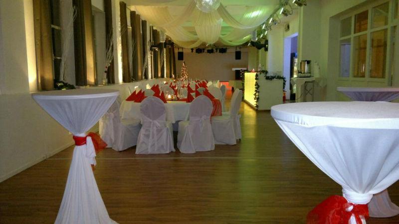 Beispiel: Hochzeitsgedeck in rot, Foto: Alte Pulverfabrik.