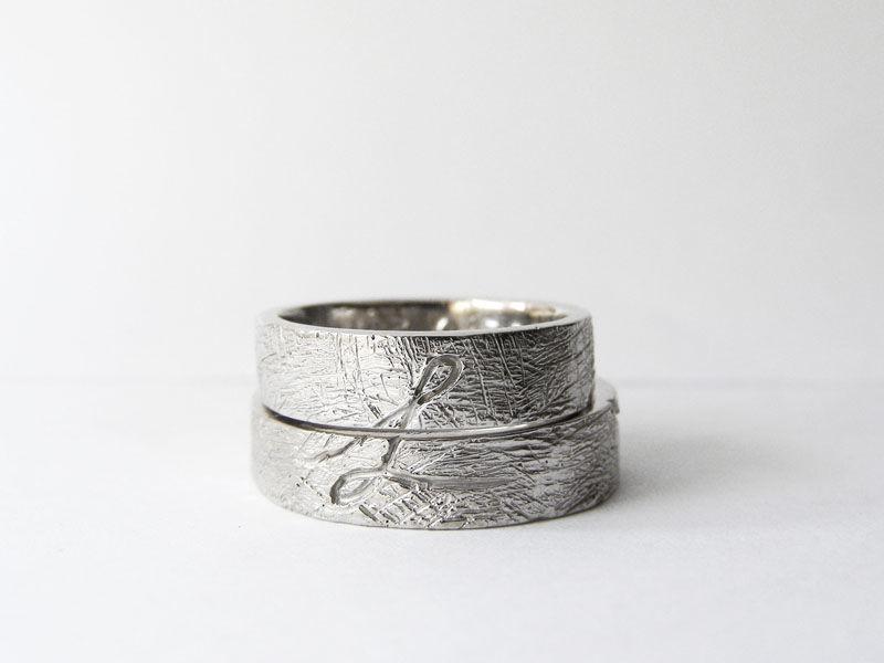 MIOeTUO - anelli in oro bianco, effetto graffiato e iniziale dei nomi