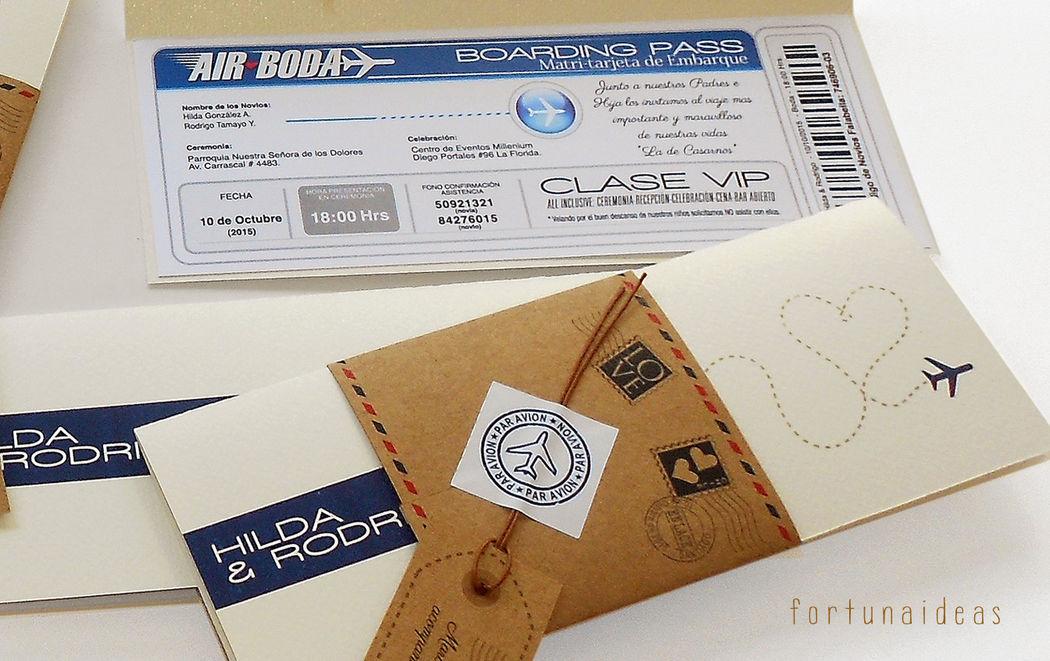 Boarding Pass / Ticket Aéreo Incluye: Funda exterior más tarjetita colgante impresa con iniciales de los novios