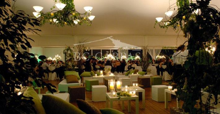 Carpa en color crudo, para las novias más románticas, con mucho verde en las lámparas para crear un espacio mágico, donde BC Carpas te asesorará en toda la estética