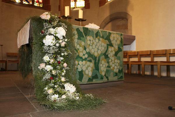 Beispiel: Blumenarrangement für den Altar, Foto: Dornröschen - Blumen Schmidt.