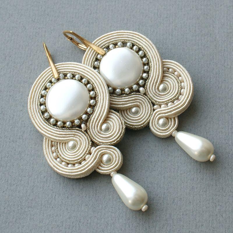 Kolczyki wykonane z masy perłowej oraz pereł .