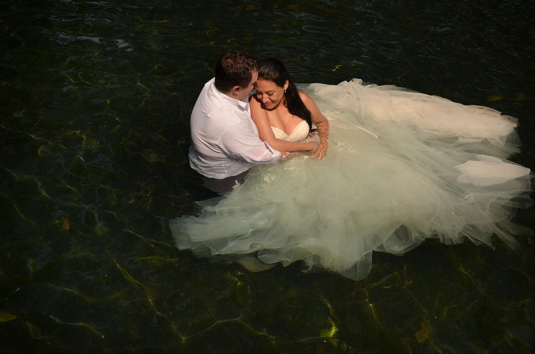 novios en el agua
