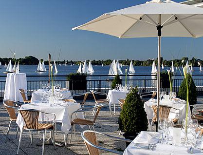 Beispiel: Festlich gedeckte Tische auf der Terrasse, Foto: Alsterlounge.