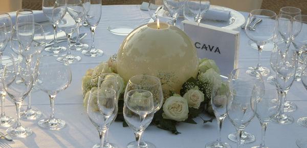 Vela esférica color hueso con una corona de hiedra y flores en tonos pastel.  http://lafloreria.net