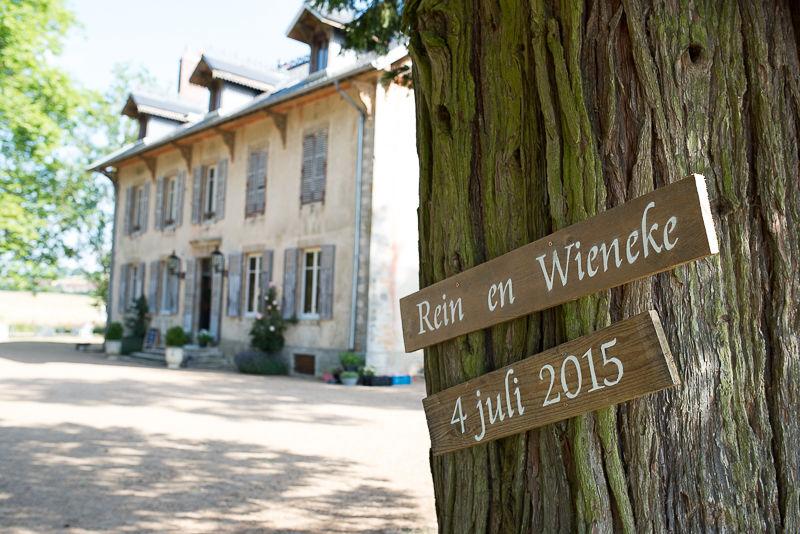Trouwlocatie Domaine de Savigny, speciaal voor ieder bruidspaar worden houten borden gemaakt.