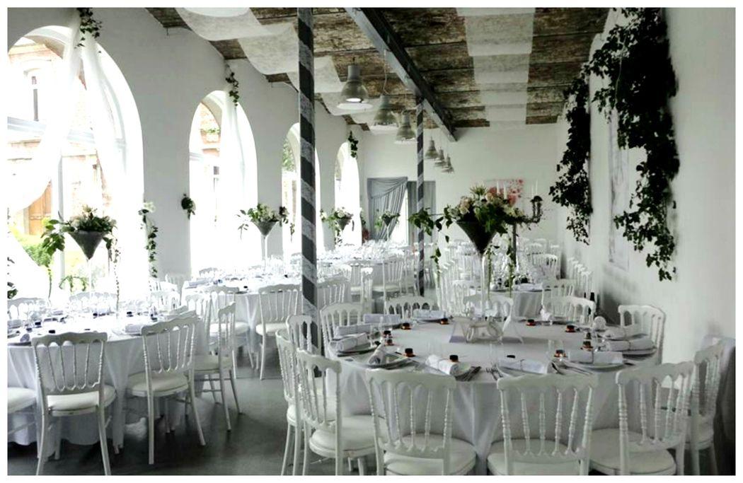 Manoir Le Louis XXI...salle de réception...ambiance blanc chic...