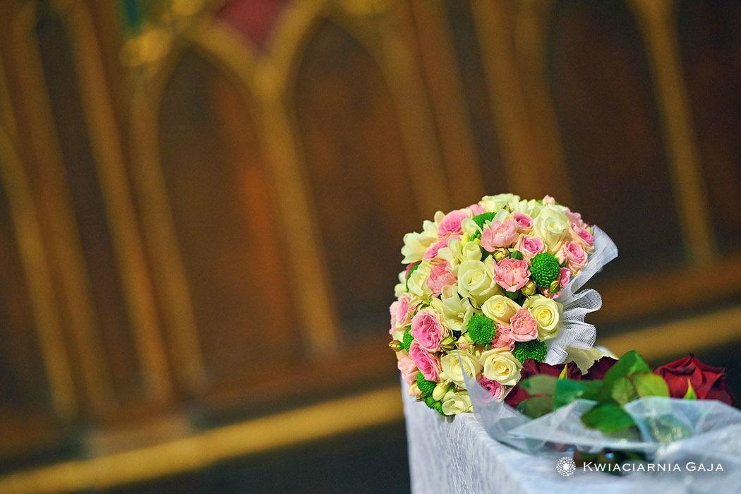 Delikatny bukiet ślubny z łososiowych i żółtych kwiatów