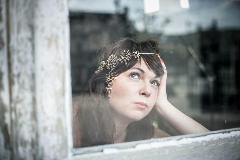 Catia est parée d'un headband de créateur.. pour Juliette se Marie