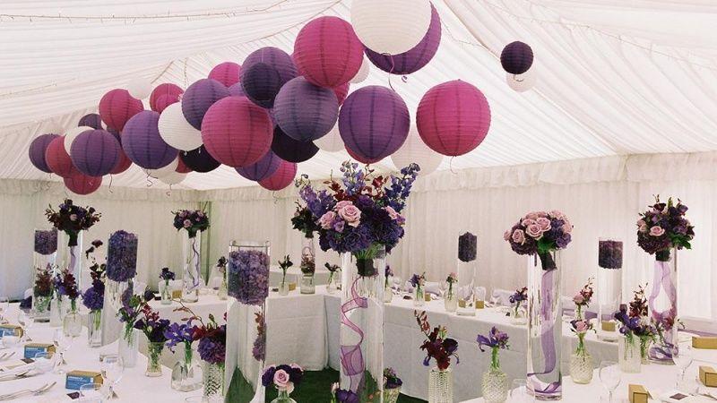 Paarse en witte lampionnen zijn een veel gebruikte combinatie ter versiering van je trouwfeest