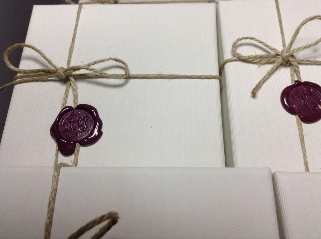 Il Calligrafo - Wedding boxes, scatole contenenti inviti, rivestite in carta avorio e realizzate su misura, artigianalmente. Con sigillo bordeau e cordino.
