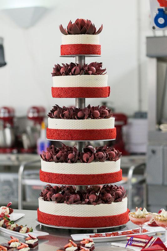 Свадебный торт с шоколадными цветами,без мастики
