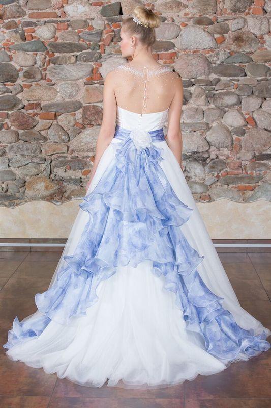 Collezione Joy 010 abito in tulle con coda e fascia in organza di seta stampata in azzurro.Realizzabile in altri colori