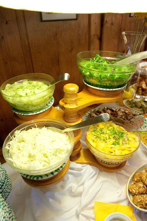 Beispiel: Vielseitige Salatangebote, Foto: Heuriger Wieninger.