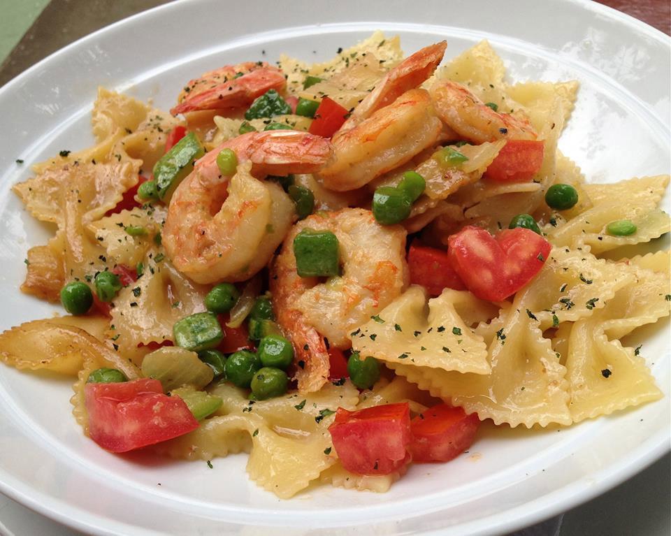 Farfalle ai Gamberi. Massa italiano em formato de borboleta, dourada com camarão, azeite, abobrinha, tomate fresco e cebola.
