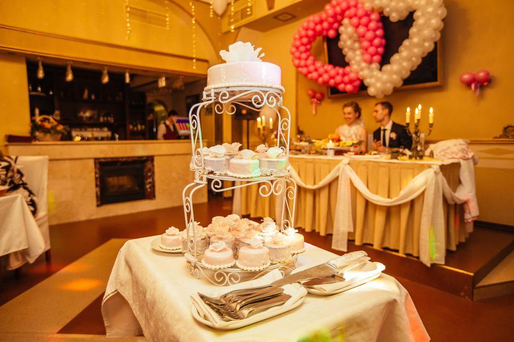 Свадебный торт с пирожными без мастики,декор-сахарные розы ручной работы