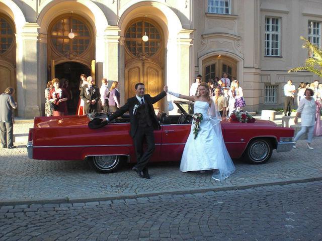 Beispiel: Brautpaar vor der Kirche, Foto: FritzCar Oldtimer-Limousinenservice.