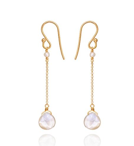 Belancy vous présente ces magnifiques boucles d'oreilles pendantes de la marque Perle de Lune.  Celles-ci sont composées de nacres facettées en goutte suspendues par une chaîne pour une hauteur totale de 5cm.