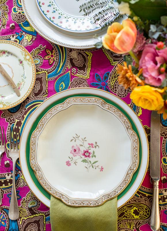 Una tendencia las mesas muy bien vestidas, en este caso con colores vivos, vajilla exclusiva y flores sueltas.  Abril 2017