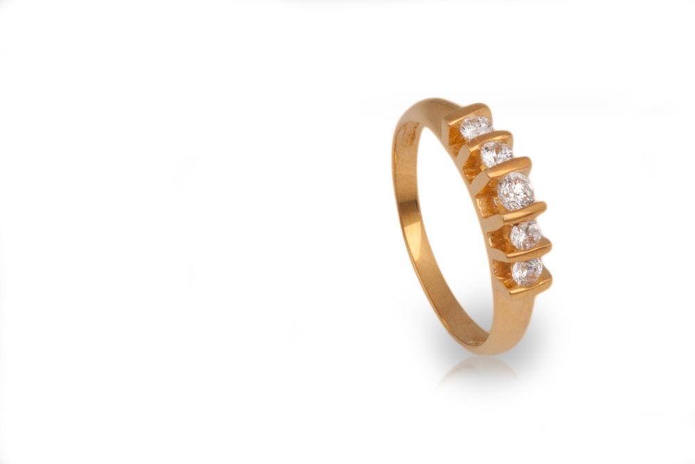 Oro amarillo con diamante central de .10ct y cuatro diamantes de .05ct