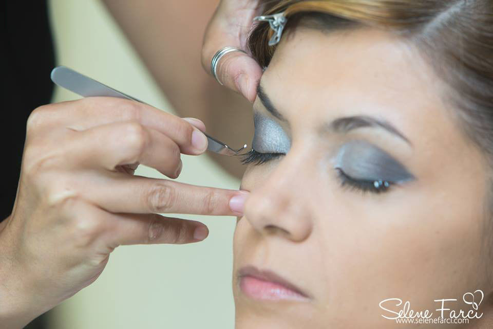 Make up Carla Aledda dettaglio applicazione ciglia finte